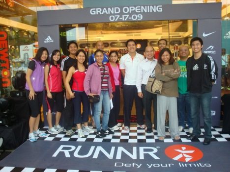 photo-op with Toby, runner-bloggers and Mizuno and Adidas reps