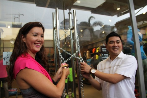 Sen. Pia Cayetano and Taguig Mayor Lani's representative from the City Hall led the ceremonial opening of the store's padlock